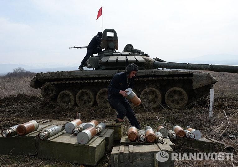 Военнослужащие 17-й отдельной мотострелковой бригады 58-й армии пополняют боезапас танка Т-72Б3 во время соревнований по танковому биатлону