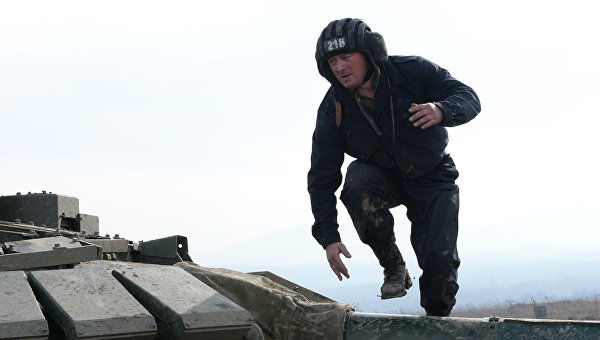Военнослужащий на броне танка. Архивное фото