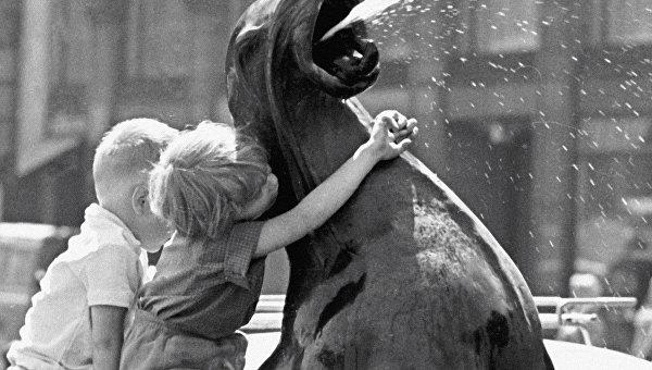 Дети играют у фонтана. Хельсинки, Финляндия