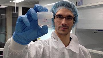 Франсуа Тиссо держит в руках образец растворенных пород метеорита