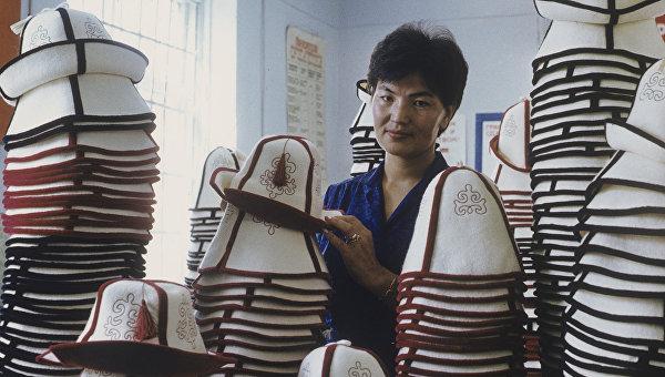 Сувенирные киргизские национальные головные уборы. Архивное фото