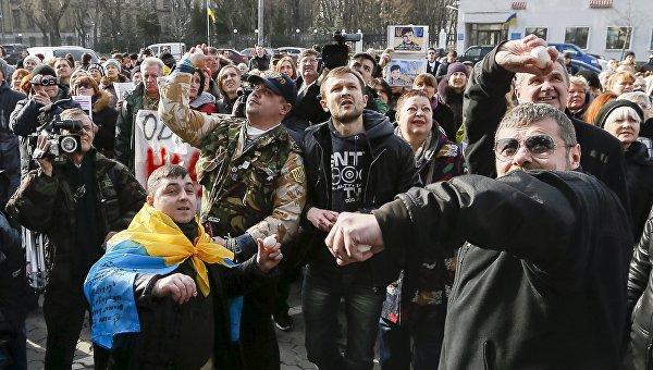 Протестующие бросают яйца в посольство России в Киеве, Украина. 6 марта 2016 года