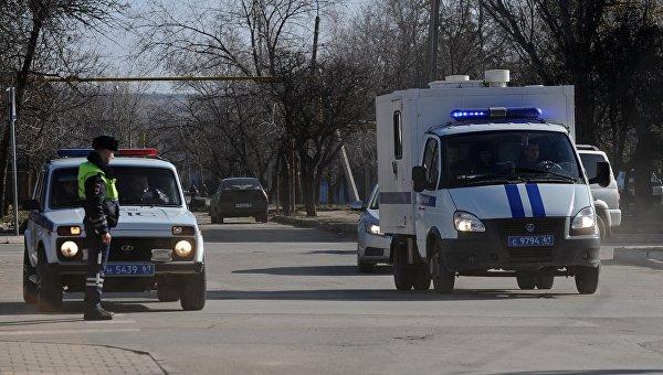 Автомобиль правоохранительных органов с украинской летчицей Надеждой Савченко, обвиняемой в гибели российских журналистов в Донбассе, у здания Донецкого городского суда Ростовской области