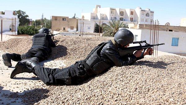 Сотрудники полиции во время нападения боевиков ИГИЛ на город Бен-Гардан, Тунис
