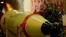 Военнослужащий проверяет баллистическую ракету. Архивное фото