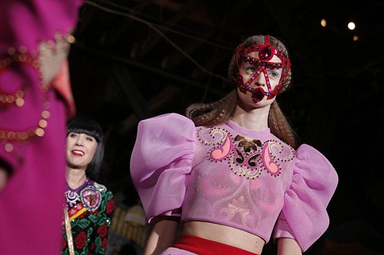 Показ коллекции Manish Arora во время недели моды прет-а-порте в Париже. Март 2016