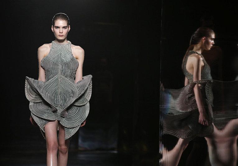 Показ коллекции Van Herpen во время недели моды прет-а-порте в Париже. Март 2016