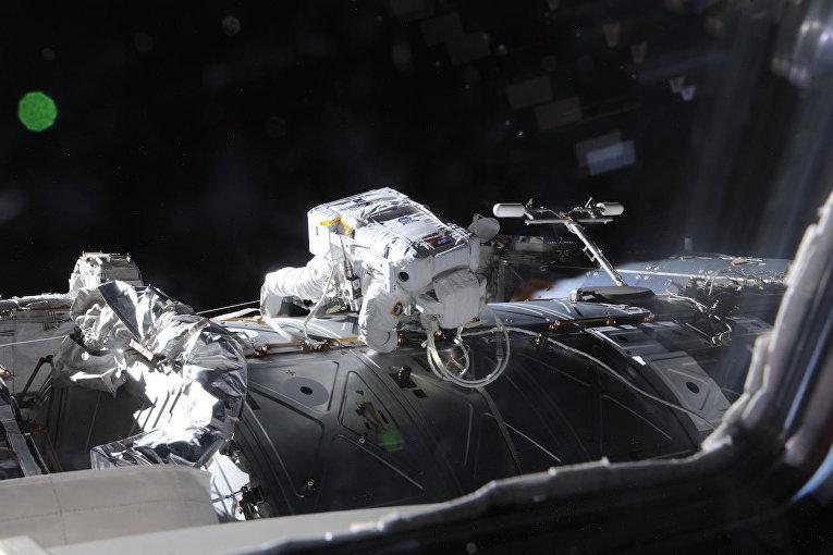 Астронавт Челл Линдгрен совершил выход в открытый космос