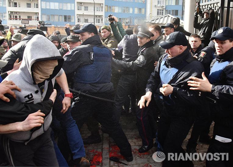 Участники акций в защиту Н. Савченко пытаются прорваться к Генеральному консульству Российской Федерации в Одессе