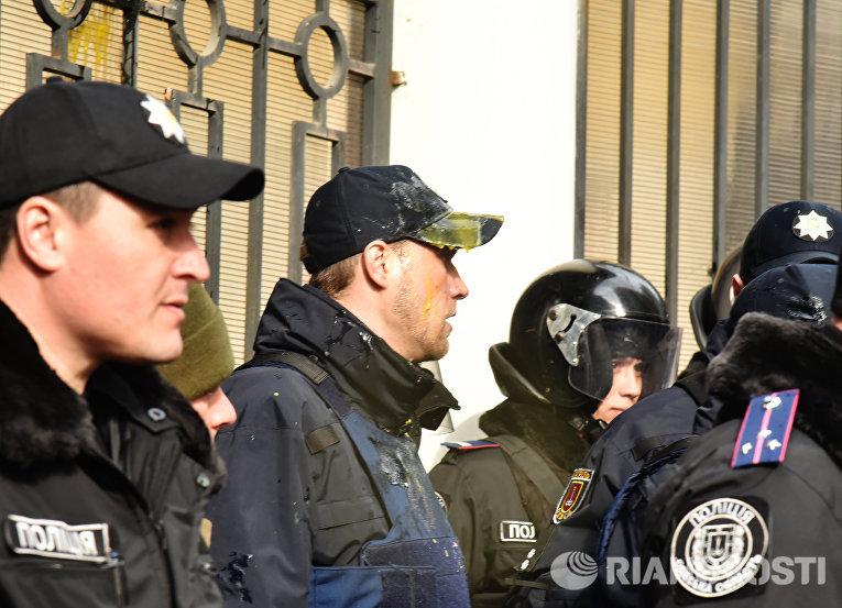 Сотрудники милиции, охраняющие Генеральное консульство Российской Федерации в Одессе после столкновений с участниками акций в поддержку Н. Савченко