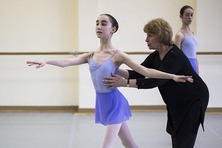 Харпер Ортлиб во время занятий со своим педагогом Татьяной Гальцевой в Московской государственной академии хореографии