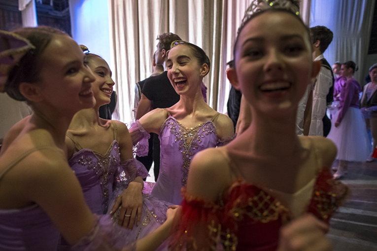 Харпер Ортлиб с ученицами Московской государственной академии хореографии после выступления