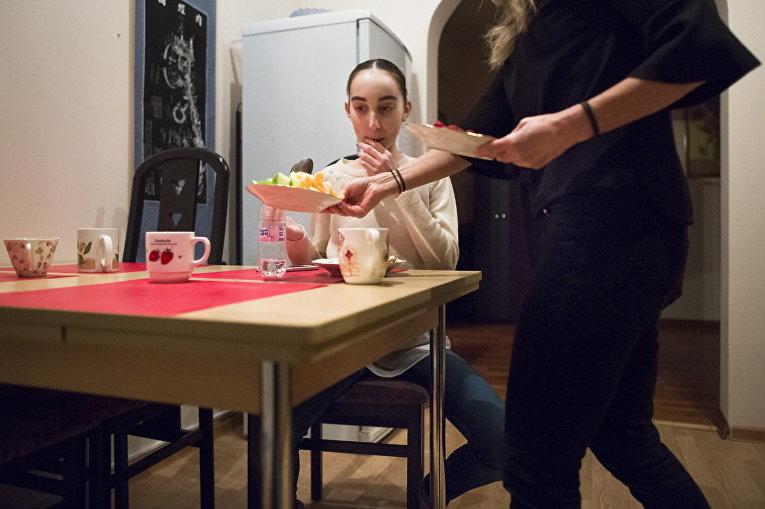 Харпер Ортлиб ужинает со своей мамой после занятий в Московской государственной академии хореографии