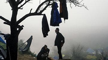 Мигранты во временном лагере на греческо-македонской границе в районе деревни Идомени, Греция. Архивное фото