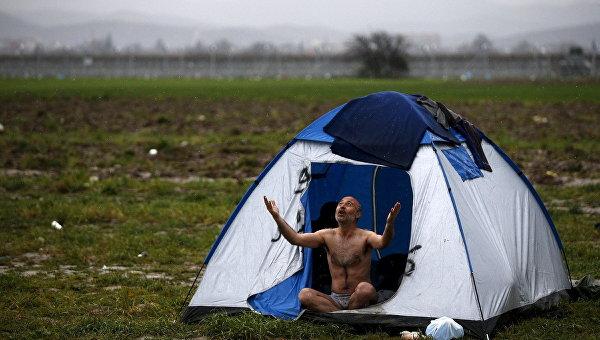 Мужчина во временном лагере для беженцев на греческо-македонской границе