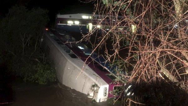 Сошедший с рельс пригородный поезд в штате Калифорния. 7 марта 2016