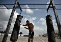 Военнослужащий занимается спортом на авиабазе Хмеймим
