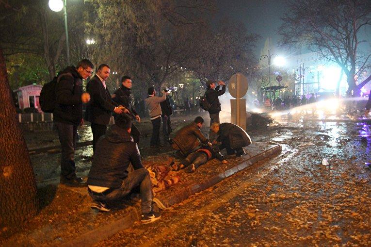 Люди, получившие ранения во время теракта в Анкаре. 13 марта 2016