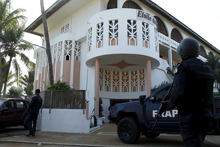 Полиция возле отеля Etoile du Sud, где террористы открыли стрельбу. Кот-д'Ивуар, 13 марта 2016