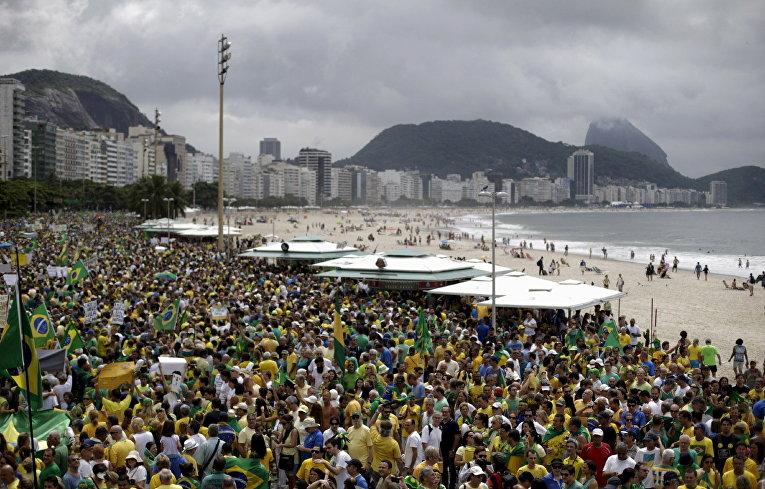 Участники демонстрации против президента Бразилии Дилмы Роуссефф на пляже Копакобана в Рио-де-Жанейро