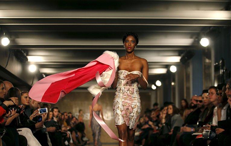 Модель на показе Lisbon Fashion Week 2016 в Португалии