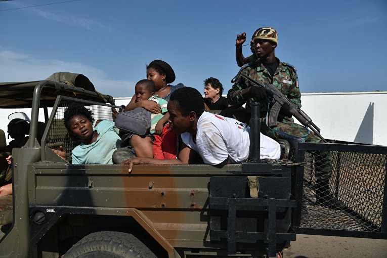 Эвакуация людей после теракта в отеле Гран-Басам, Кот-д'Ивуар. 13 марта 2016