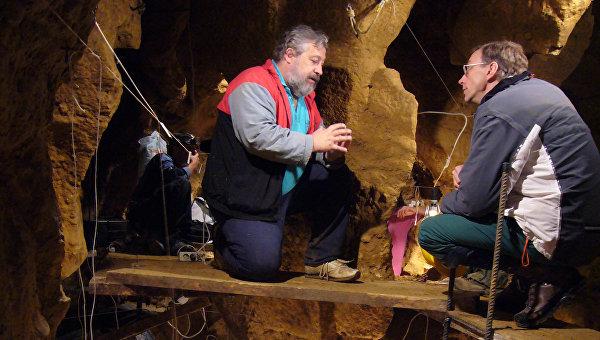 Авторы исследования Сванте Паабо и Марко де ла Расилья на раскопках в пещере Эль-Сидрон в Испании