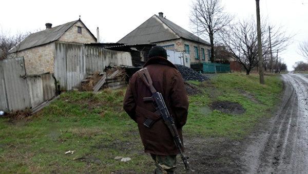 Ополченец ДНР в поселке Зайцево под Горловкой, который был обстрелян украинскими силовиками