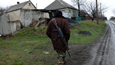 Ополченец ДНР в поселке Зайцево под Горловкой. Архивное фото