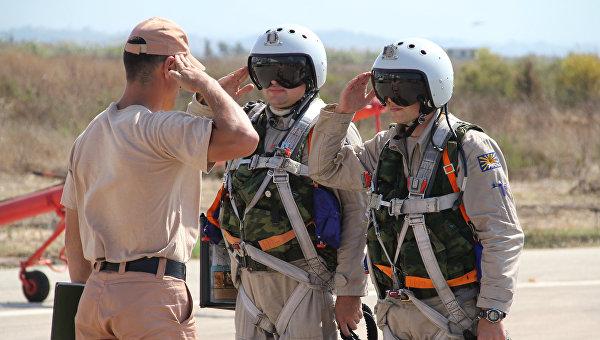 Российские летчики принимают рапорт. Архивное фото