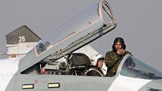Осмотр летчиком боевого истребителя Миг-29СМТ. Архивное фото