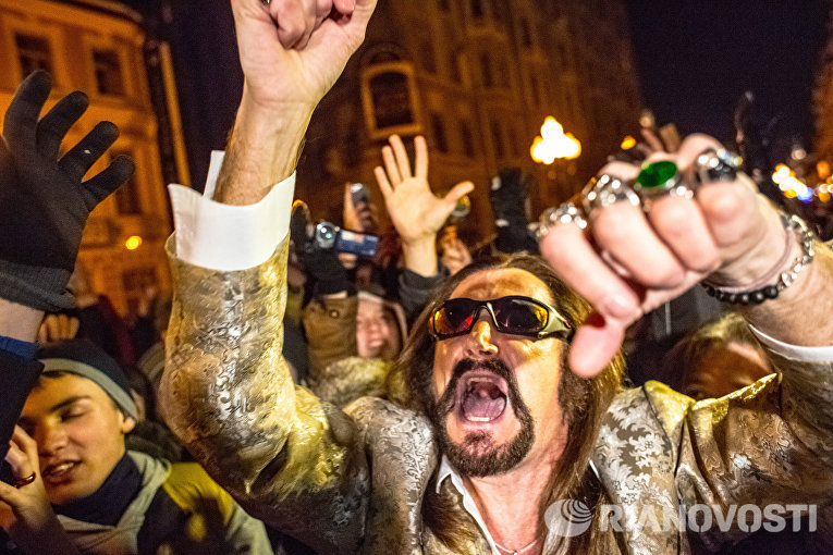 Актер и певец Никита Джигурда вместе с поклонниками станцевал Harlem Shake на Старом Арбате