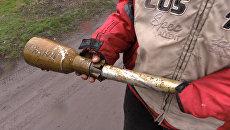 Житель Зайцево показал найденный после обстрела снаряд с надписью Кохаю
