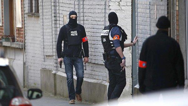 Полиция на месте перестрелки спецназа с подозреваемыми террористами в коммуне Форе в Брюсселе. 15 марта 2016