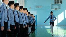 Участники кадетского клуба Юный друг пограничника на занятиях по строевой подготовке в школьном спортзале