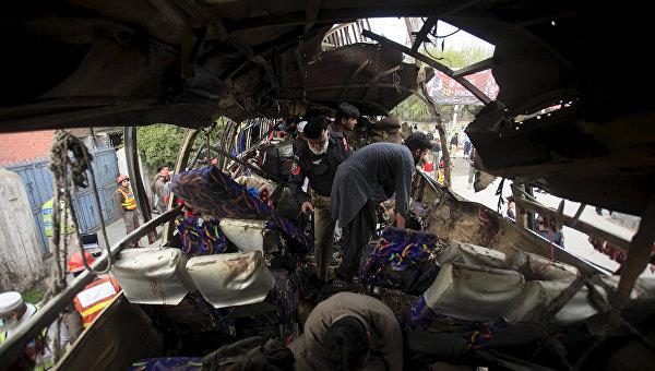 На месте взрыва автобуса на северо-западе Пакистана. 16 марта 2016