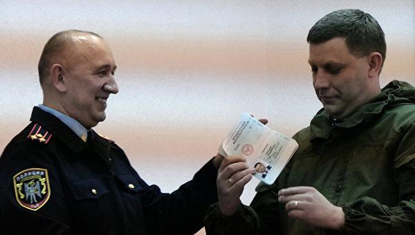 Глава Донецкой народной республики Александр Захарченко получает новый паспорт гражданина ДНР в Донецке