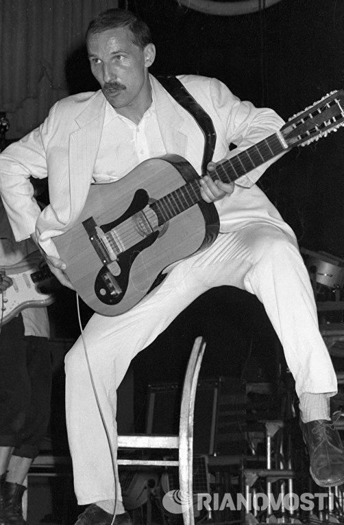 Солист ансамбля Звуки МУ Пётр Мамонов выступает на концерте. 1988 год