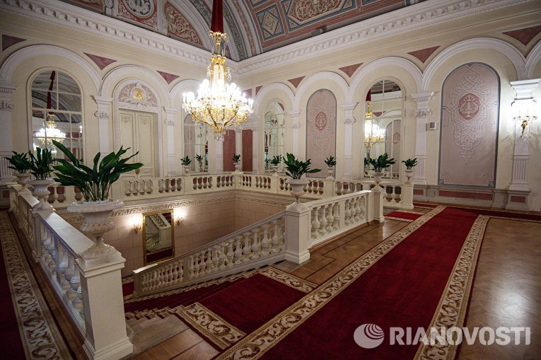 Внутреннее убранство фойе Государственного Академического Большого театра в Москве