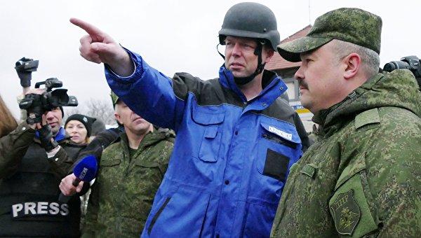 Первый заместитель главы специальной мониторинговой миссии Организации по безопасности и сотрудничеству в Европе (ОБСЕ) на Украине Александр Хуг (в центре) во время посещения района обстрелов на Ясиноватской развилке в Донецкой области. Архивное фото
