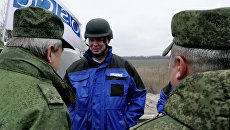 Замглава миссии ОБСЕ на Украине А. Хуг в Донассе. Архивное фото