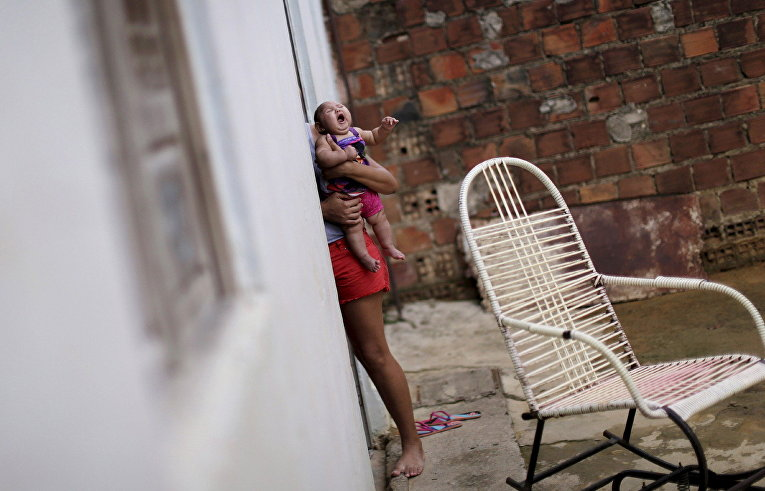 Мама с ребенком, больным микроцефалией в городе Ресифи, Бразилия