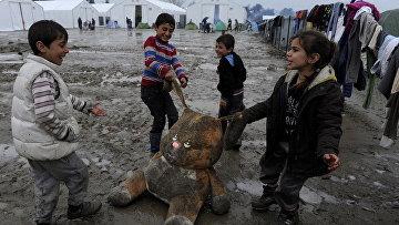 Дети беженцев играют в лагере на границе Греции и Македонии