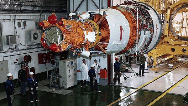 Специалисты предприятий ракетно-космической отрасли готовят аппарата дистанционного зондирования Земли Ресурс-П №3 к пуску на космодроме Байконур