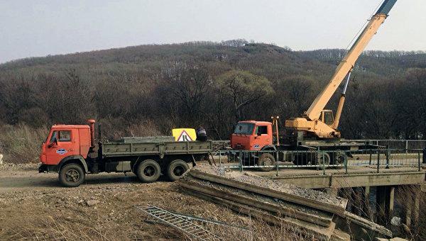 На месте обрушения моста в селе Яконовка Приморского края