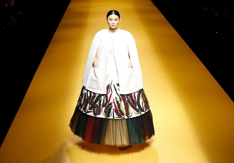 Модель во время показа Tokyo Fashion Week