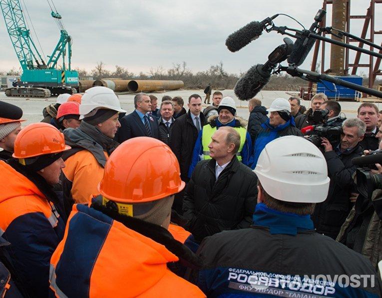 Президент России Владимир Путин во время посещения строительной площадки транспортного перехода через Керченский пролив на острове Тузла
