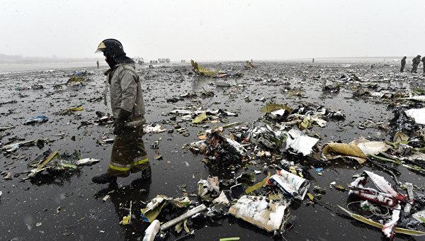 Сотрудники МЧС на месте крушения лайнера Boeing 737-800 в Ростове-на-Дону