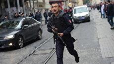 Сотрудник турецкой полиции неподалеку от места взрыва на улице Истикляль в Стамбуле. 19 марта 2016