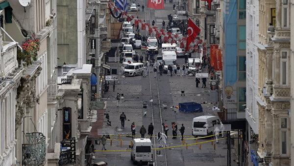 Сотрудники экстренных служб на месте взрыва на улице Истикляль в Стамбуле. 19 марта 2016